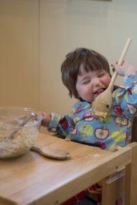 Kind backt einen Kuchen